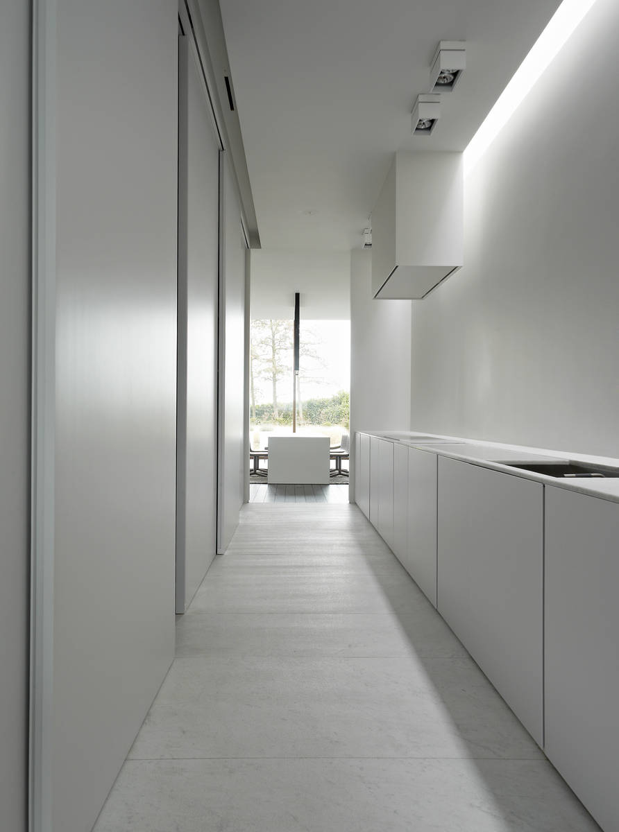 Minus the essence of living poperinge for Casa moderna total white